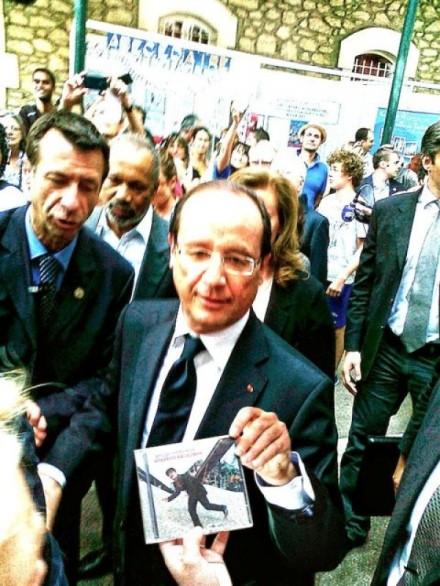 VOLTARELLI donne son CD à Hollande[1]